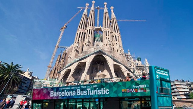 Barcelona Bus Turistic in front of Sagrada Familia from Gaudí, off-shore tour in Barcelona