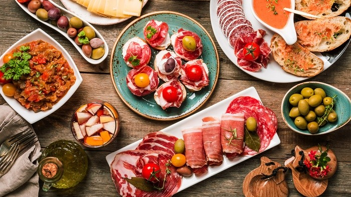 Delicious tapas tour in Old Town, off-shore tour in Barcelona